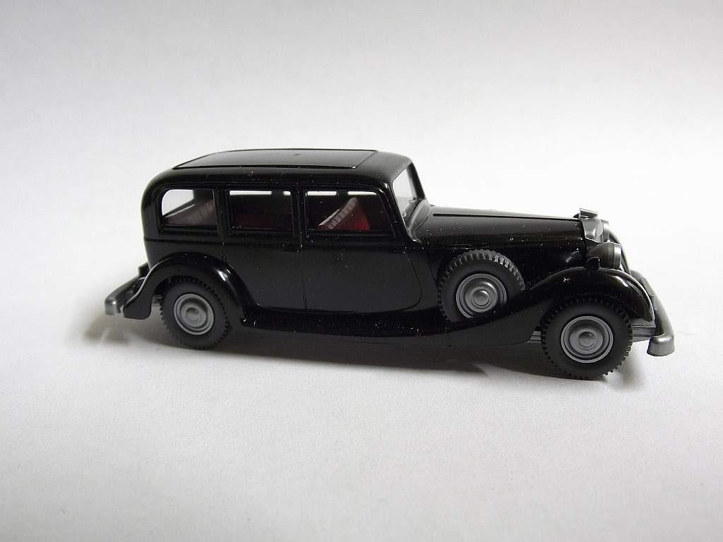 825/K schwarz, rote Inneneinrichtung