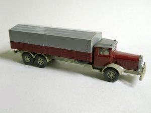 843-2-B: Aufbau hellbraunrot. Chassis rotelfenbein.