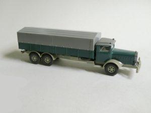 843-2-A: Aufbau patinagrün. Chassis rotelfenbein.
